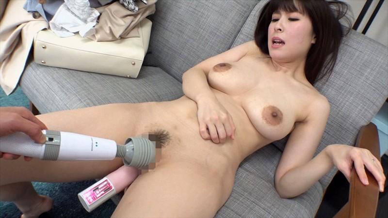 SEXに飢えた人妻は雄の本能を呼び覚ます究極無比な巨乳を武器に発情する!