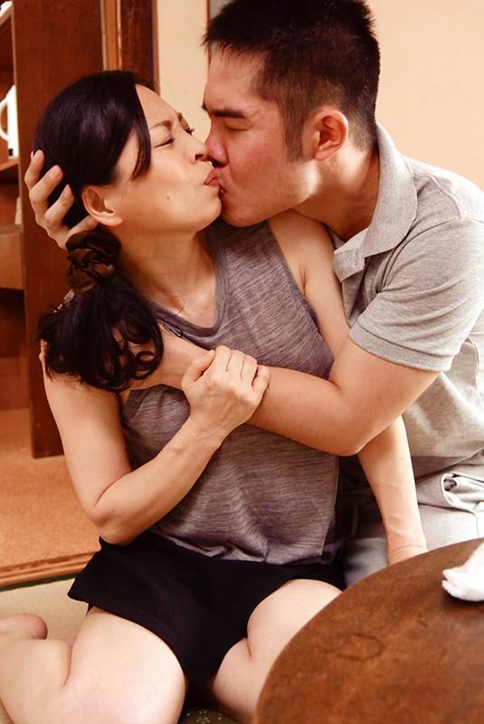 熟女の濃厚な接吻 絡み合う舌先と濡れそぼ...
