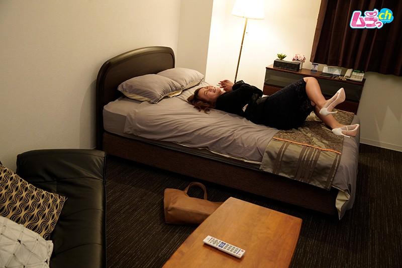 上司と部下がダブルベッド1つのホテルで、AVを見てしまったら…-2 イケメンAV男優動画/エロ画像