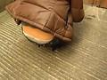 《パンチラ盗撮》公園でゴロゴロしてるピチピチ太ももの美少女をホットパンツの隙間から隠し撮り!(2)