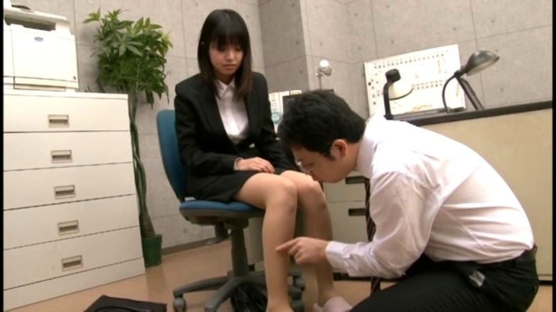 就職活動中のリクルートスーツを着た女子大生の蒸れたストッキング 画像1