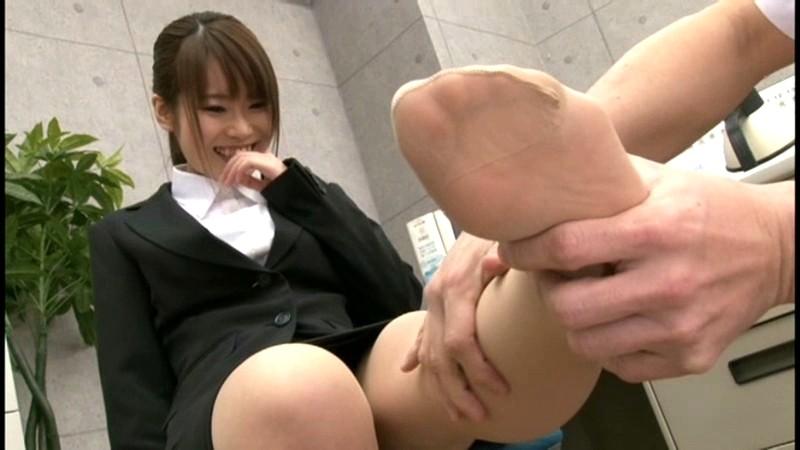就職活動中のリクルートスーツを着た女子大生の蒸れたストッキング 画像6