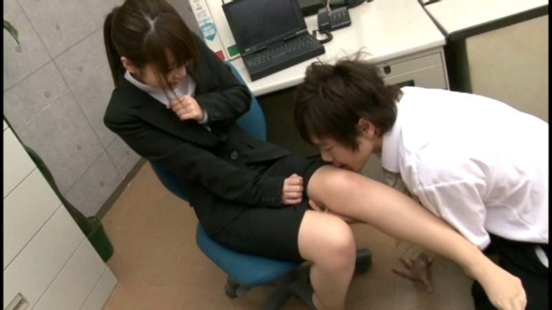 就職活動中のリクルートスーツを着た女子大生の蒸れたストッキング 画像7