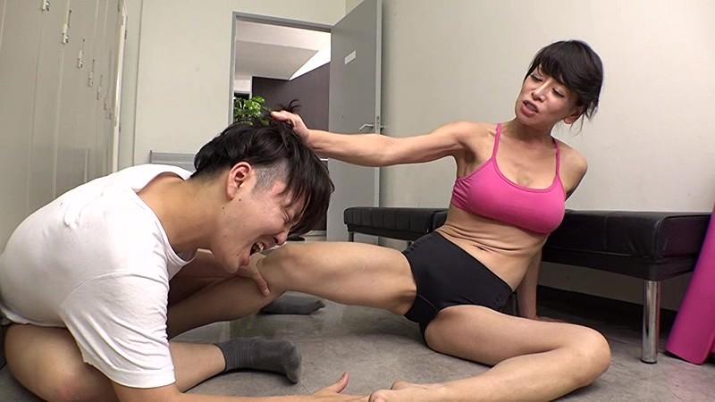 ヨガ教室のスケベ男に金蹴り制裁|無料エロ画像9