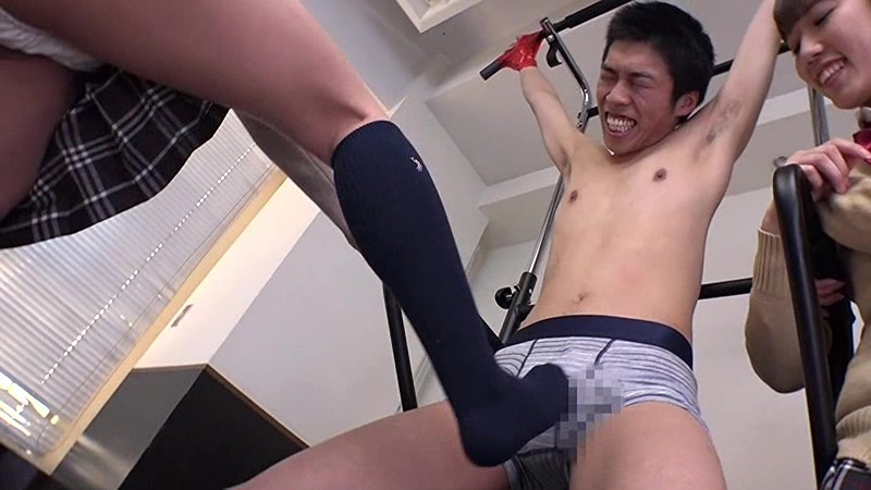 男の苦しむ顔を見るのが大好きな女子校生達 くすぐり・電気あんま・金蹴り 無料エロ画像2