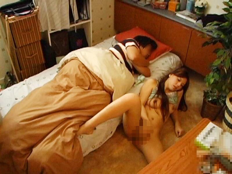 旦那の横で汗だく!つゆだく!淫乱人妻オナニー&寝取られ13