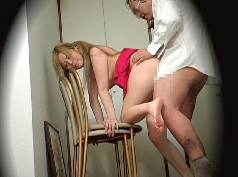 訪問客を誘惑する欲求不満な美人妻たち13