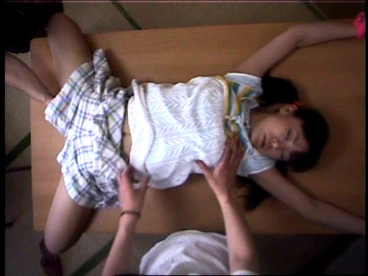 少女のクリトリス 拘束拷問|無料エロ画像2