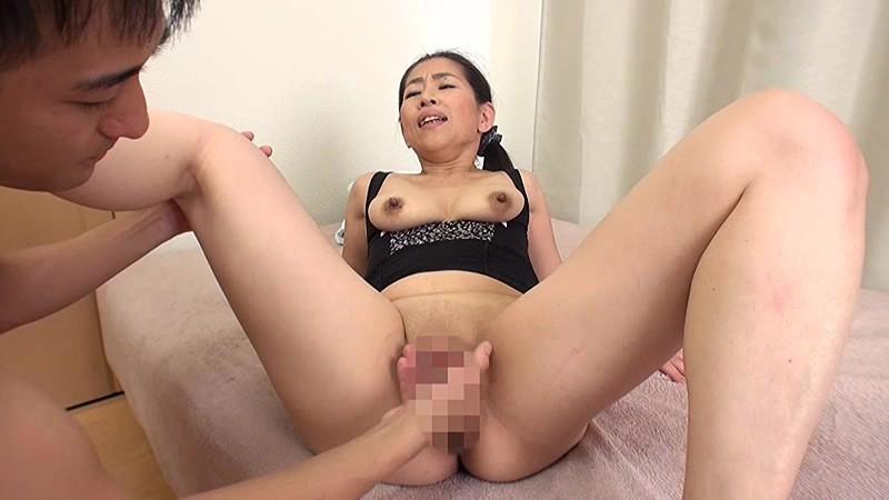 息子を誘惑する五十路母 尾野玲香 キャプチャー画像 17枚目
