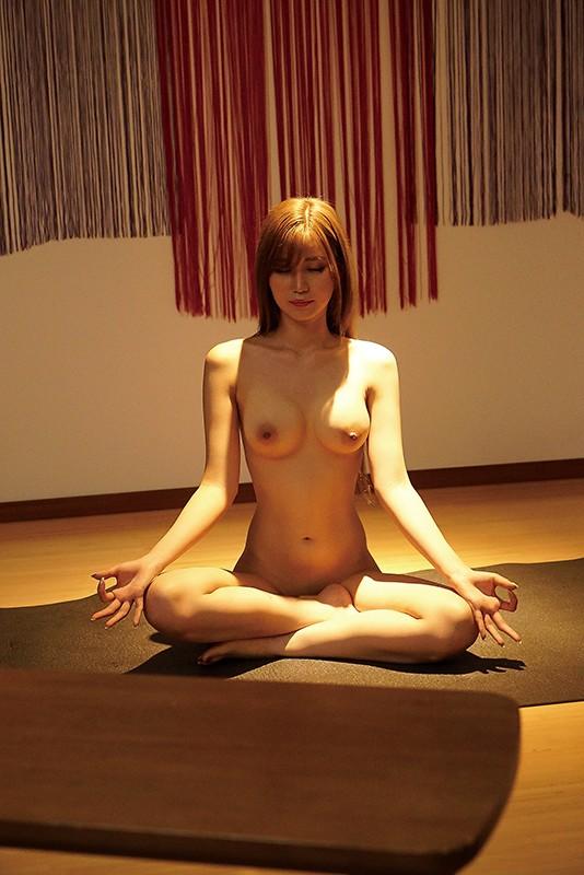 夏希まろんが全裸瞑想する
