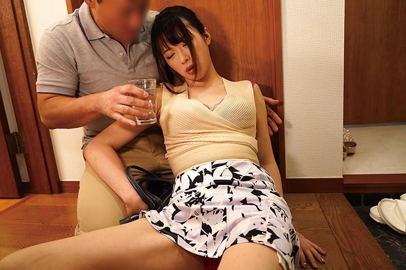 ご近所のお騒がせな酔っ払い奥さん 辻井ほのか 1枚目