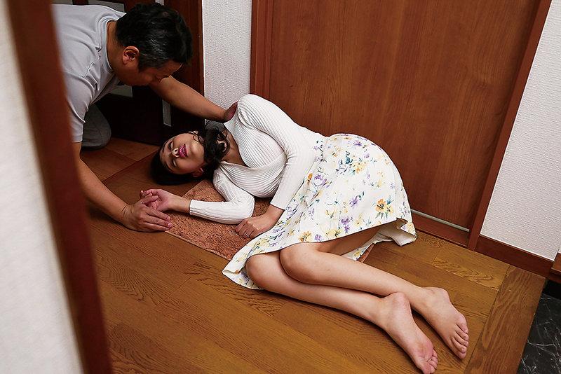 隣の美人妻 泥酔し部屋を間違え「ただいま〜!」 宝生リリー 画像1
