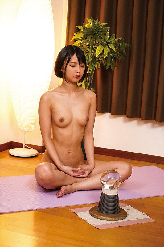 市来まひろが全裸で瞑想する