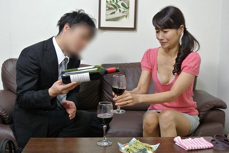 実録 寝取られ 堅物の妻を酔わせて 若い部下の肉棒を…まりさん(55) 3枚目
