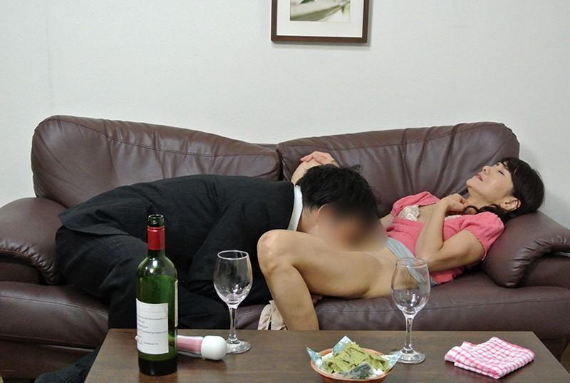 実録 寝取られ 堅物の妻を酔わせて 若い部下の肉棒を…まりさん(55) 5枚目