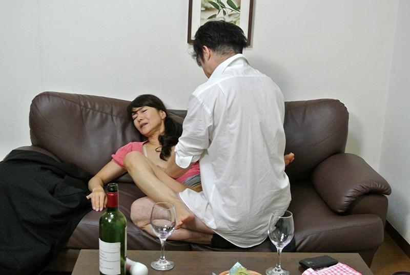 実録 寝取られ 堅物の妻を酔わせて 若い部下の肉棒を…まりさん(55) 9枚目