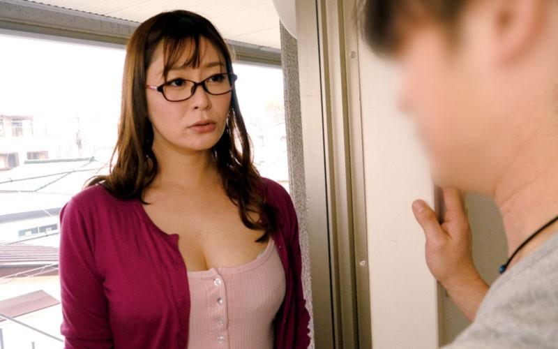 「夫がリストラで家賃を払えなくなっちゃって…」デカ尻巨乳な奥さん、困ってしまって大家さんに相談したら…葵百合香 1枚目