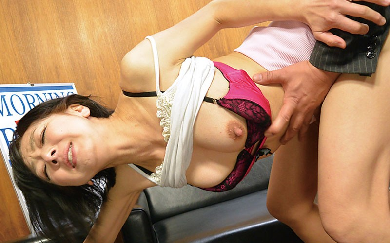 熟女は誘われると断れない チ○ポをぶち込まれ快感に悶える中年オンナの性 4時間 2