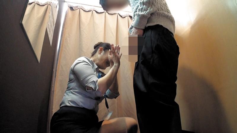 試着室で人妻店員にチ○ポ出して裾上げをお願いしたら の画像20
