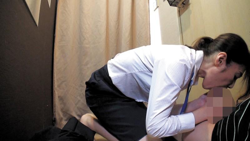 試着室で人妻店員にチ○ポ出して裾上げをお願いしたら の画像10
