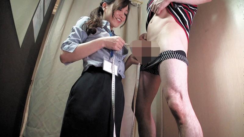 試着室で人妻店員にチ○ポ出して裾上げをお願いしたら の画像9