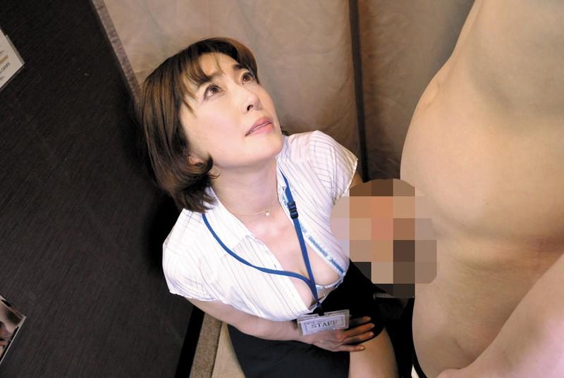 試着室で人妻店員にチ○ポ出して裾上げをお願いしたら の画像1