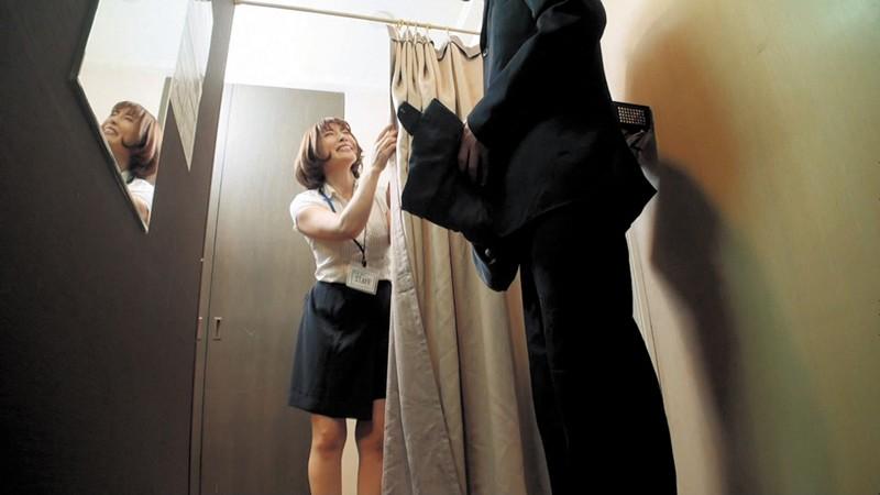 試着室で人妻店員にチ○ポ出して裾上げをお願いしたら の画像16
