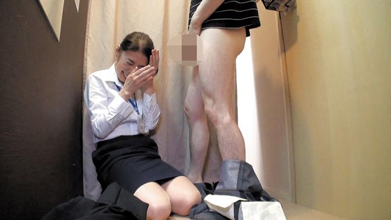 試着室で人妻店員にチ○ポ出して裾上げをお願いしたら の画像12