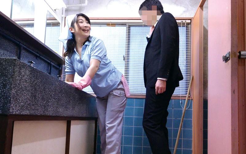 「ヤリたくなっちゃうから、いじらないで〜」掃除のおばさんのムチ尻をねちっこく触ってみたら… 180分16