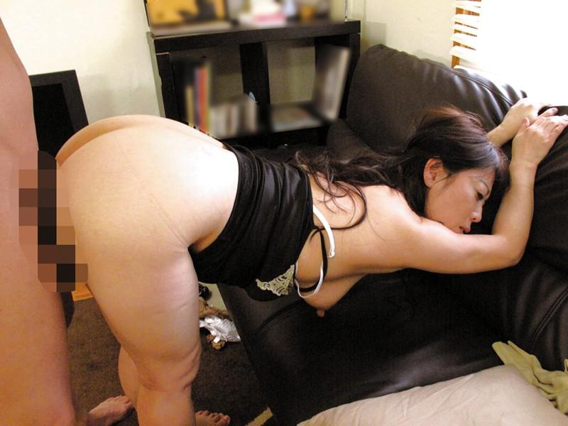 隣に住んでる薄着の誘惑婦人 の画像4