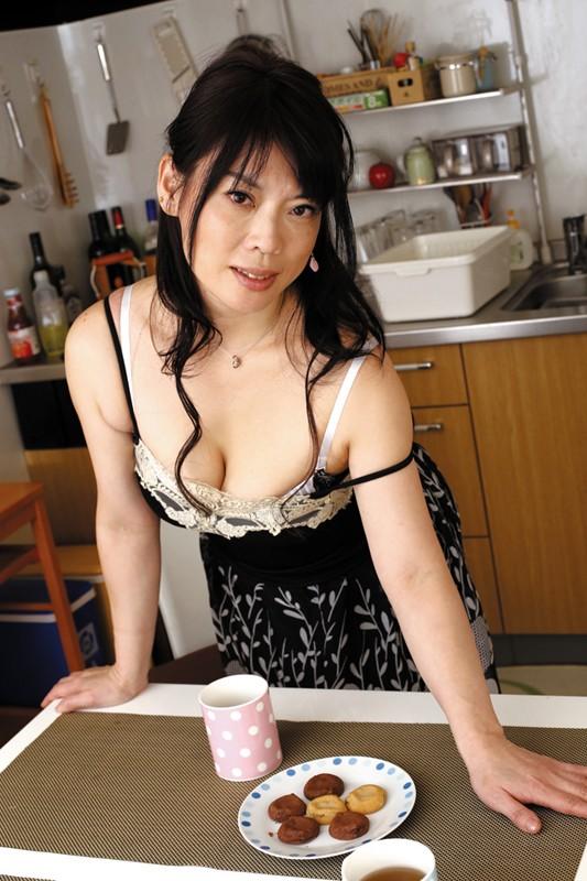 隣に住んでる薄着の誘惑婦人 の画像3