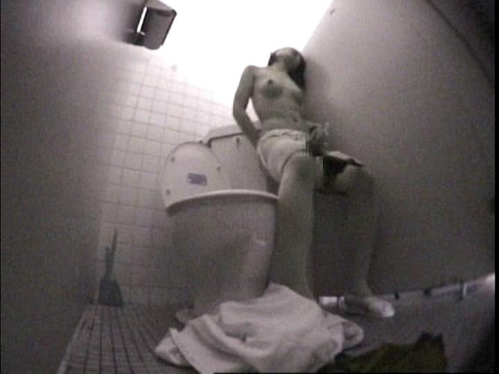 Мастурбация в студенческом туалете скрытой камерой эми