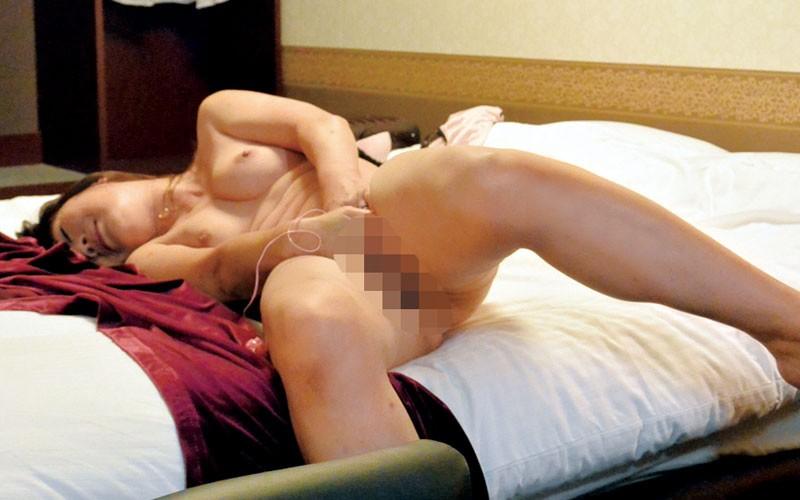 CCD盗撮!出張中の美熟女OLが宿泊先ホテルのアダルトビデオでオナニー 1枚目