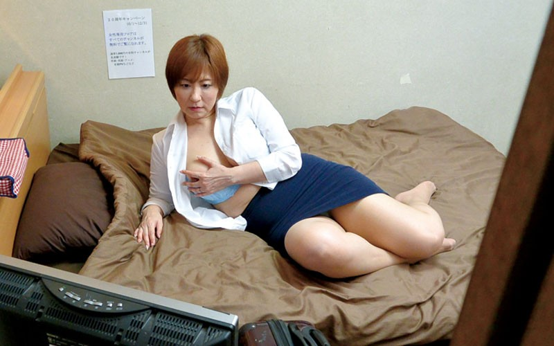 CCD盗撮!出張中の美熟女OLが宿泊先ホテルのアダルトビデオでオナニー 6枚目