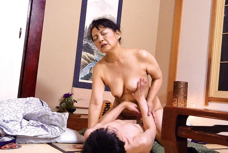 出張先の温泉旅館で会社の熟女上司と飲んでいたら… の画像10