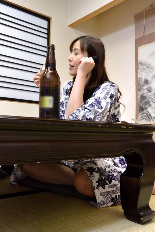 出張先の温泉旅館で会社の熟女上司と飲んでいたら… の画像20