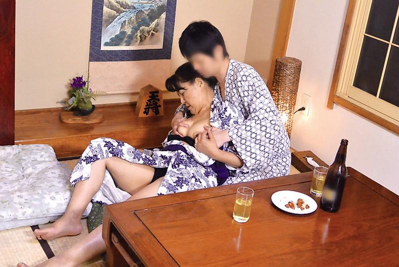出張先の温泉旅館で会社の熟女上司と飲んでいたら… の画像14