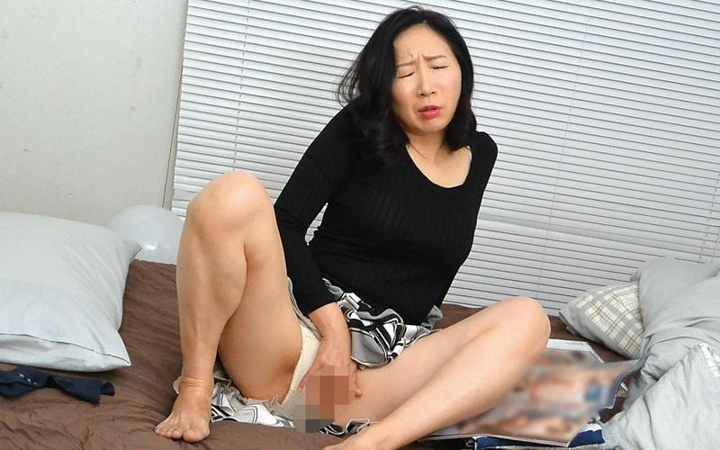 息子の部屋でエロ本を見つけてオナニーする母12