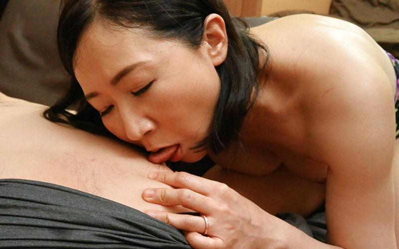エロ妻のいやらしいフェラチオ口内射精 画像12
