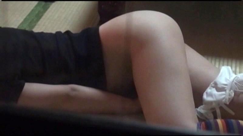 小○生の自宅をカーテンの隙間から隠し撮りしてたらオナニーを始めた!あどけないオマ○コを夢中で弄りながら腰をガクガクさせてるとっても貴重な瞬間が撮れちゃいました!!|無料エロ画像3