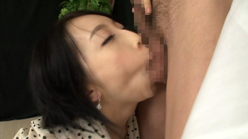 キレイなお姉さんの絶妙な手コキ凄テク、スケベ淫語で射精した後も執拗に亀頭責めをされ、思わず「男の潮吹き」をしてしまいました 画像9