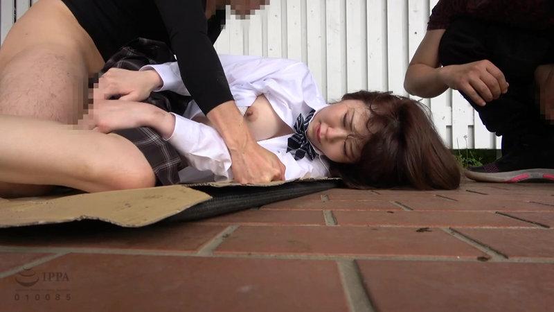 帰宅途中の女子○生を狙った尾行鬼畜野外レ●プ映像 画像11