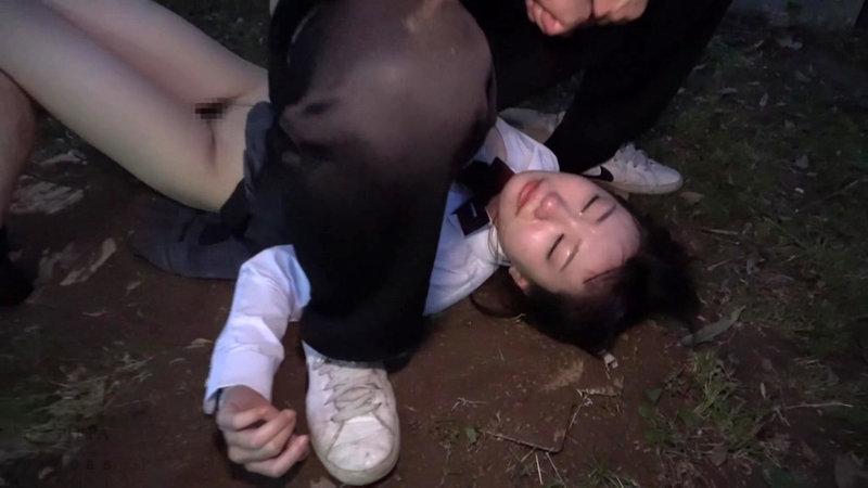 帰宅途中の女子○生を狙った尾行鬼畜野外レ●プ映像 画像20