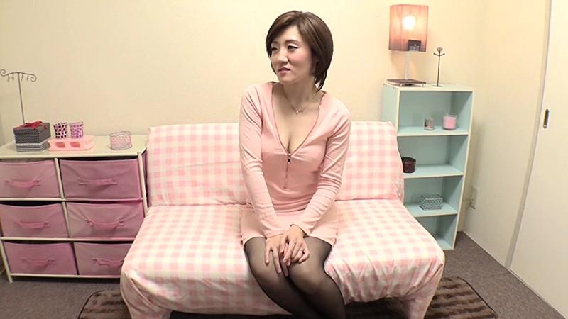 夫婦の営みにマンネリを感じている欲求不満の素人パイパン人妻 1度限りのAV出演 浅田千秋(30歳) 画像1