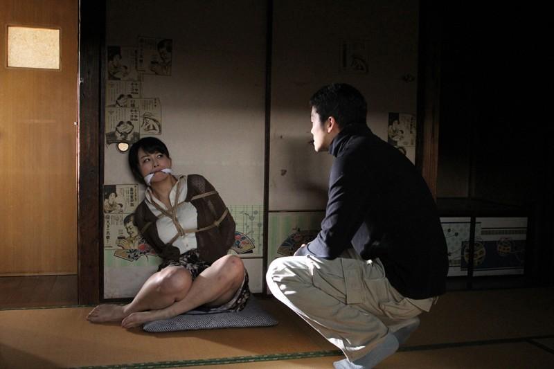 犯されて…。〜ある美熟女妻と逃亡犯の物語〜 浅井舞香 2枚目