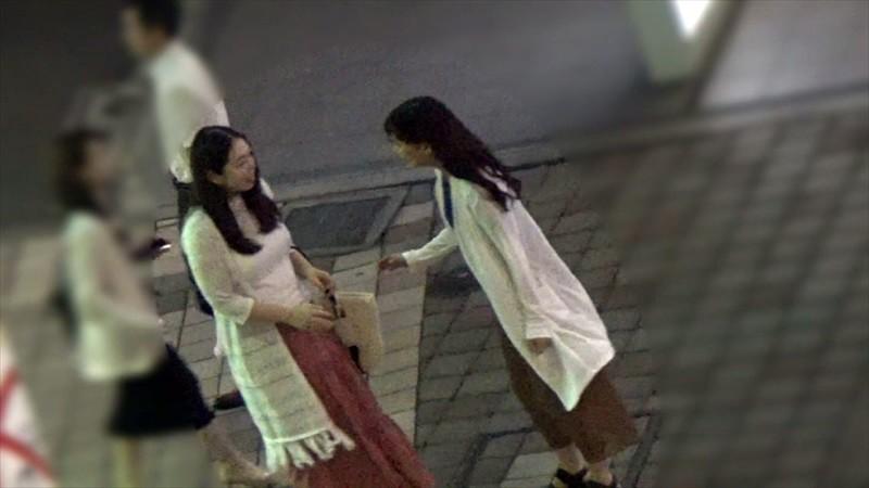 綺麗でエッチなおねえさんが街でウブそうな素人女子をレズナンパ 2 画像1