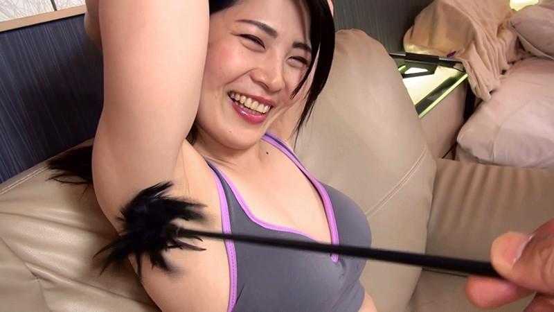 恥ずかしがる素人娘たちのワキ視姦&責め!!