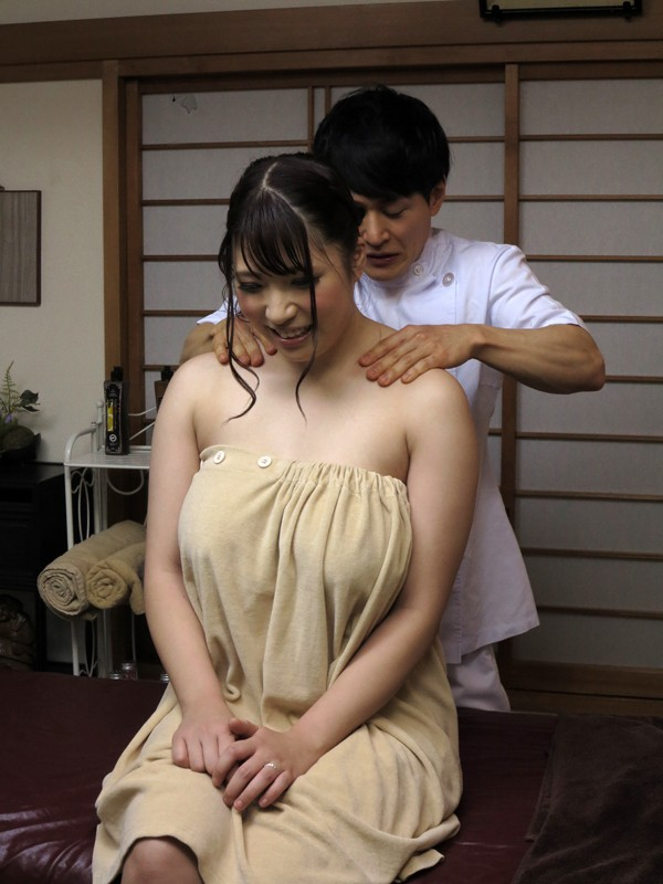 ●が丘団地集会所内の簡易マッサージ部屋で足腰疲れた人妻たちが性感オイルマッサージで連続痙攣絶頂 サンプル画像 13