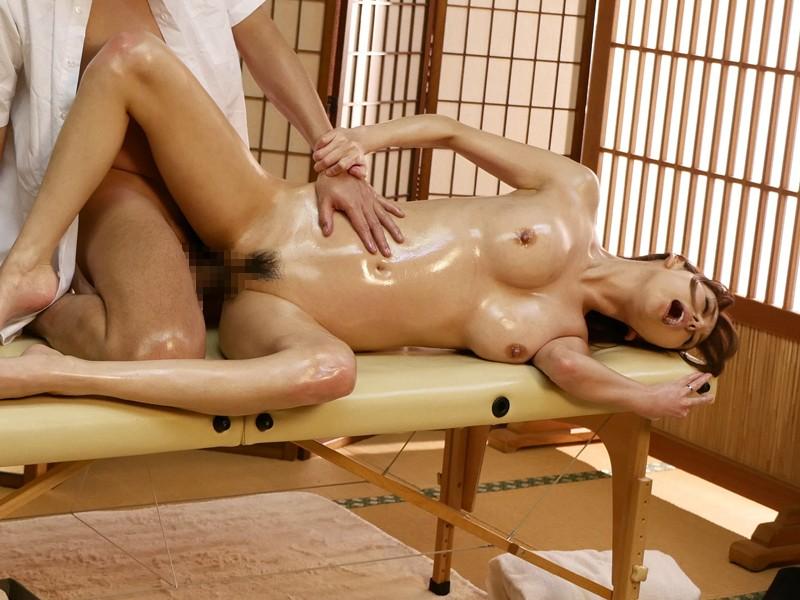 ●が丘団地集会所内の簡易マッサージ部屋で足腰疲れた人妻たちが性感オイルマッサージで連続痙攣絶頂 サンプル画像 4