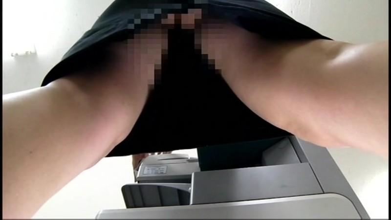 ちょいエロ部長がコピー機の下に仕込んだカメラで部下のOLパンチラ2